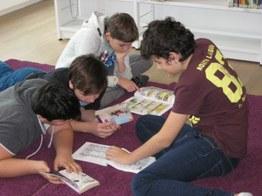 Jungs am Lesen
